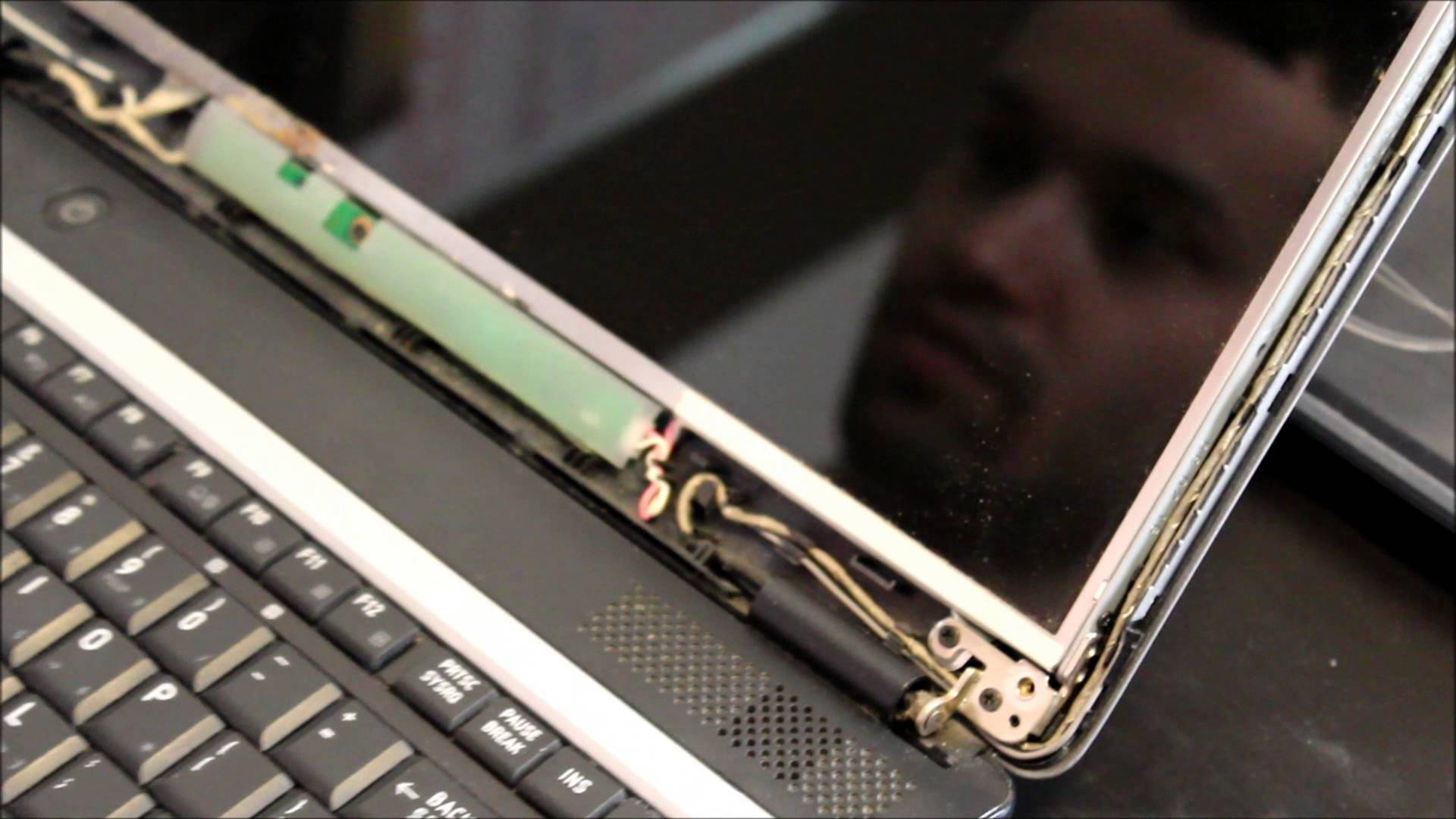 Cum schimbi un display pentru laptop?